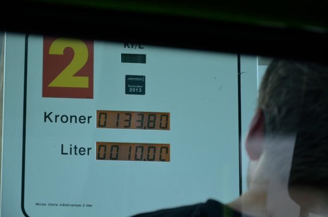 Už jsme dlouho netankovali. Automat nám bůhví proč povoluje načerpat jen deset litrů nafty, na víc asi nemáme nárok. Zítra budeme muset na pumpu zas.