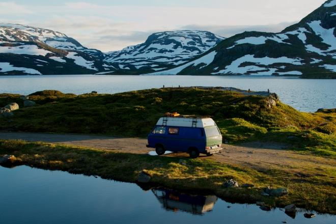 Někdo si tu zaparkoval svůj starý Volkswagen a teď tu nejspíše přespává. Trochu obyvatelům auta závidíme, prostředí je tu skutečně krásné. Na nás je tu ale moc zima, teploměr ukazuje okolo 8°C.