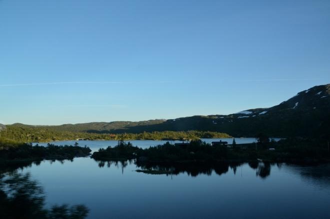 """O kus dál už je krajina """"obyčejnější"""". I když už se stmívá, ještě chvíli pojedeme, ať to zítra do Osla nemáme tak daleko."""