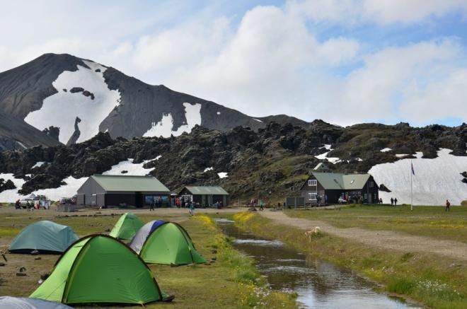 Ráno, tedy vlastně dopoledne v kempu v Landmannalaugaru. Vylezli jsme, když se zrovna trochu vyjasnilo.