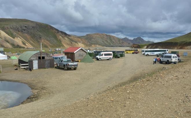 Landmannalaugar, parkoviště terénních autobusů. Ty tmavě zelené slouží jako kavárnička a obchůdek.