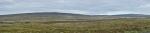 Panorama mírně zvlněné krajiny okolo Hrauneyjaru, levá půlka. Zde je ještě poměrně dost zeleně, dokonce z autobusu vidíme i pasoucí se ovce.