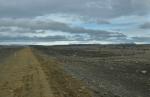 Kamenitou pouští. Na obzoru ledovec Hofsjökull
