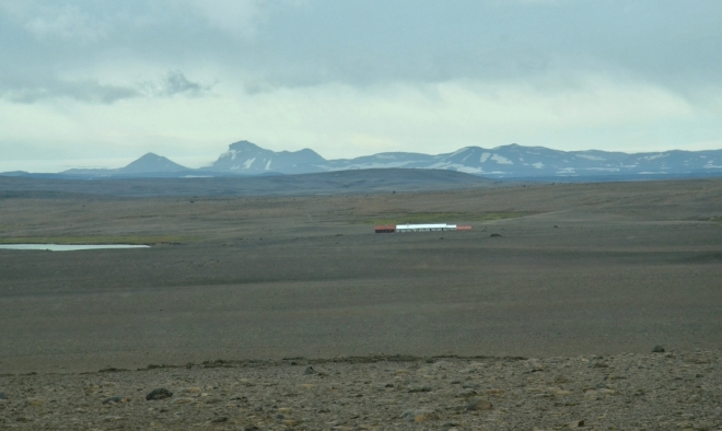 Jedna z pár budov, které po cestě vidíme. Na obzoru Vatnajökull, největší ledovec Islandu a druhý nejrozlehlejší v Evropě.