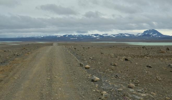 Na cestu se vejde pouze jedno auto. Naštěstí je provoz velmi malý.