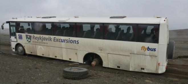 """Na této fotce je pár detailů, které stojí za to vypíchnout. Jednak má autobus na zádi napsáno flybus (létající bus), druhak na přídi """"Iceland on your own"""" (což se dá přeložit jako """"Island po vlastních""""). Tož abychom po vlastních vyrazili :-)"""