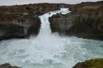 Aldeyjarfoss měří 20 m, na Islandu to tedy není žádný dlouhán, ale výšku si vynahradí krásou. Jde o nejhezčí vodopád, který jsme tam viděli.