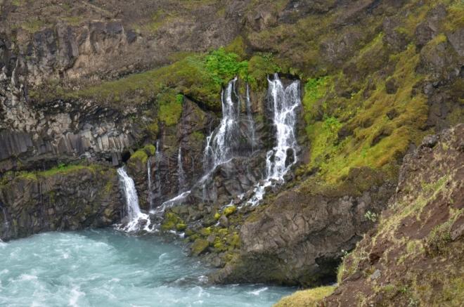 Minivodopády vpravo od hlavního vodopádu