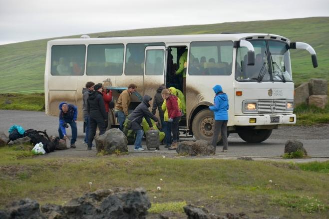 Autobus cestovky Viking travel s německými turisty, který nás zachránil uprostřed pustiny. Uprostřed fotky průvodkyně, typická Islanďanka s blond vlasy.
