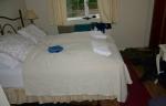 Pokoj v penzionu. Na každé volné místečko (mimo postel) dáváme věci na uschnutí.