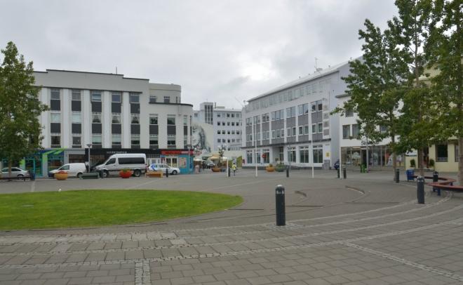 Nepříliš zajímavé náměstí v Akureyri, městě, jež nás moc nezaujalo. Nicméně, kulturní nadšenci by se tam jistě vyžili, pár muzeí či jiných zajímavostí se tam najde.