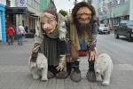 Na ulici v Akureyri potkáváme troly s ledními medvědy. Medvědi na Islandu nežijí, jenom občas nějaký vyhladovělý tam omylem dopluje na kře, načež je zastřelen.