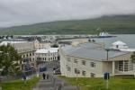 Výhled od kostela na část přístavu a protější stranu fjordu