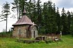 Kaple pod Muřinkovým vrchem. Před kapličkou je studánka, okolo bytelné lavice. Jistě se zde často táboří.