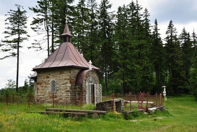 Kaple pod Muřinkovým vrchem. Před kapličkou je studánka, okolo bytelné lavice, ohniště... Jistě se zde často táboří.