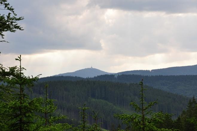 Snadno identifikovatelná Lysá hora je majákem této části Beskyd.