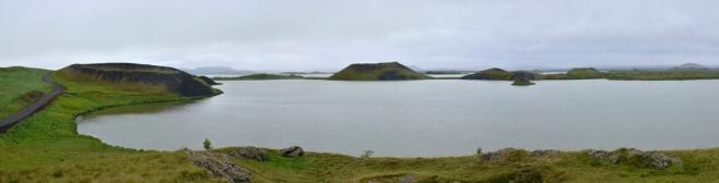 Panorama pseudokráterů Skútustaðagígar okolo jezera Stakhólstjörn, levá půlka