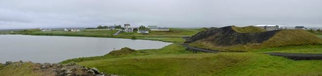 Panorama pseudokráterů Skútustaðagígar okolo jezera Stakhólstjörn, pravá část. Vzadu malá vesnička Skútustaðir.