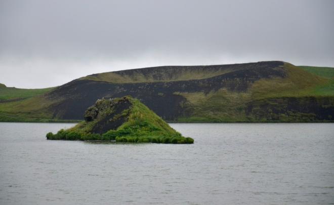 Pseudokráter a ostrůvek Stakhóll uprostřed jezera Stakhólstjörn