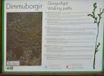 Mapka stezek okolo Dimmuborgiru (parkoviště je vlevo nahoře). Nejdelší (červený) okruh má 3,4 km.