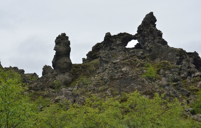 Krásný lávový sloup a skalní okno