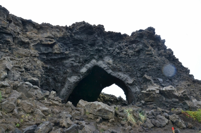 Jeskyně Kirkja s gotickým portálem, který ji dal název. Občas se v ní konají i mše.