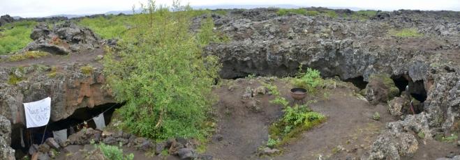 Kruhová jeskyně skřítků v Dimmuborgiru. Zřejmě šlo o menší podzemní dóm (asi 10 m na šířku), jemuž se propadla střecha.