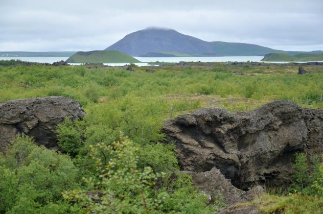 Jezero Mývatn s pseudokrátery, pohled z Dimmuborgiru. Vzadu hora Vindbelgjarfjall.