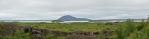 Panorama jezera Mývatn s pseudokrátery z Dimmuborgiru. Vzadu opět hora Vindbelgjarfjall.