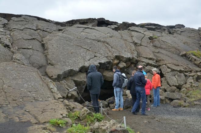 Jeden ze vstupů do jeskyní Grjótagjá