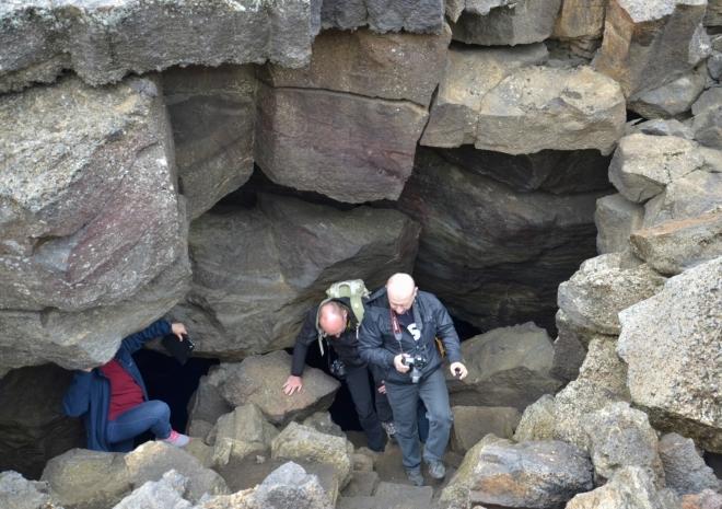 U jeskyní už je pár desítek lidí. Samotu si užijeme zase až večer.