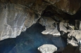 Uvnitř jeskyně, pár metrů pod zemí se nachází horká podzemní jezírka.