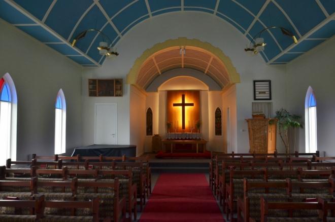 Vnitřek kostela v Reykjahlíðu. Všimněte si opět modrého stropu, charakteristického rysu islandských kostelů.