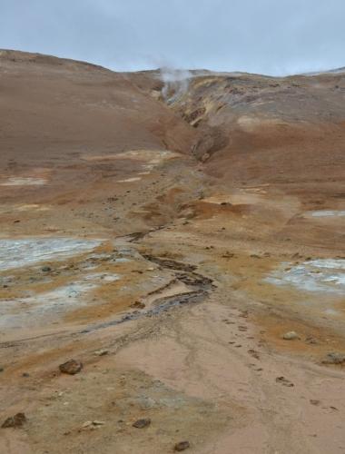 Údolíčko potůčku tekoucího z Námafjall. Část vody, co na hoře spadne, se dostane pod Hverir, kde se přemění v páru a dere se skrz solfatary ven.