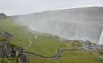 Veškerá vodní tříšť stříká na východní břeh. Blízko východní hrany kaňonu člověk dostává pořádnou sprchu.