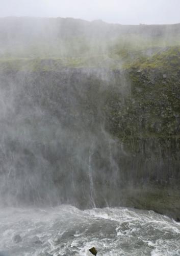 Vodní tříšť dopadající na východní stranu kaňonu vytváří malé vodopádky