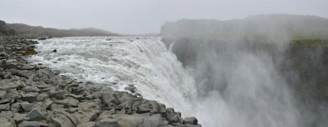 Na západní straně se lze dostat až k samotné hraně vodopádu
