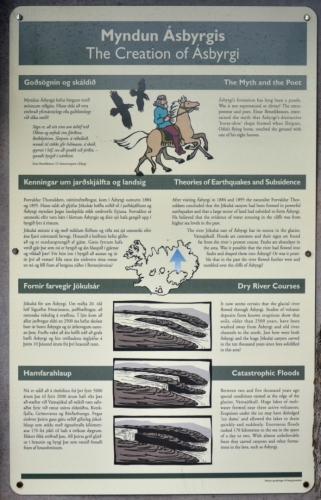 Teorie vzniku útesů. Jde o otisk jednoho z osmi kopyt koně boha Odina? Nebo o následek katastrofického zemětřesení a poté omývání mořskými vlnami? Anebo je vytvořily katastrofické povodně na řece Jökulsá způsobené sopečným výbuchem pod ledovcem Vatnajökull, který uvolnil neuvěřitelné množství vody během pár dní? Vědci se nyní přiklánějí k poslední variantě.