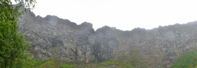 Jižní konec útesů s malým vodopádem uprostřed