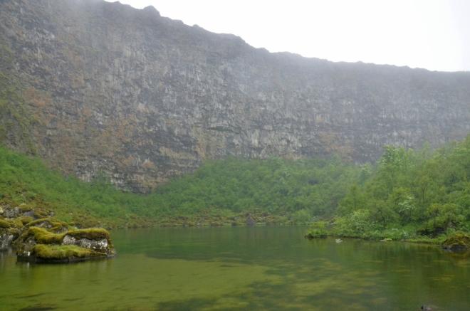 Jezero pod jižním koncem útesů