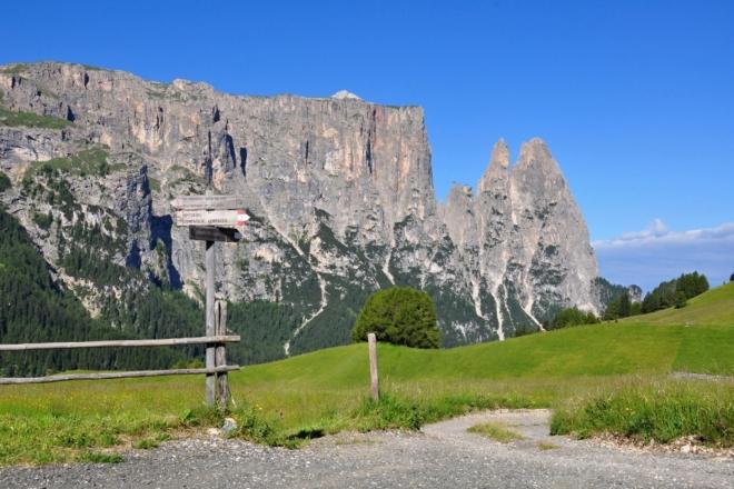 Masív Schlernu odkrývá pohled na Burgstall (2 515 m n. m.).