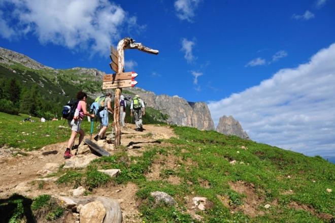 Stoupání doprovází úžasné barvy, tolik typické pro Dolomity.