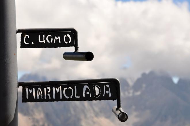 Směr Marmolada. Ta je nejvyšším vrcholem Dolomitů.