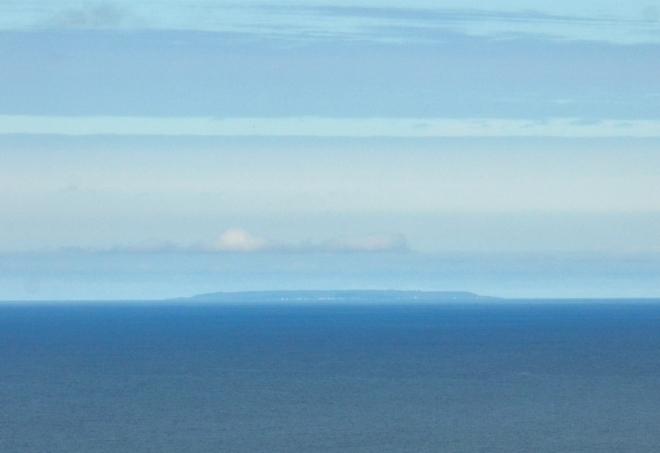 V dáli jsme zahlédli i malý, ale obydlený ostrov Grímsey, který protíná polární kruh (leží asi 40 km severně od pobřeží). Ještě o 75 km dál na sever vyčnívá z moře skála Kolbeinsey, tvořící nejsevernější bod Islandu.