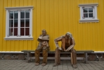 Staří rybáři, kteří táhli ekonomiku tohoto městečka, dnes mají nárok na odpočinek ... na lavičce.