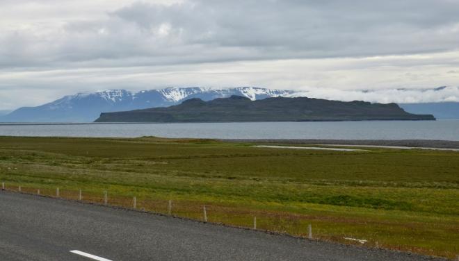 Ostrov v Skagafjöruru a vzadu poloostrov Skagi