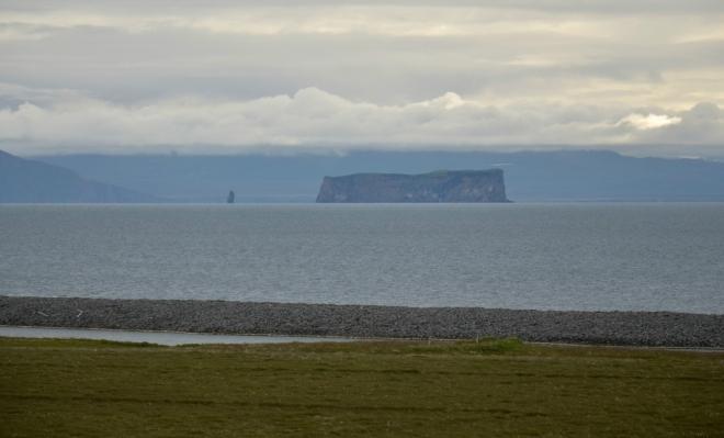 Ostrov Drangey v Skagafjörðuru, na kterém kdysi žil psanec Grettir, o němž byla napsána jedna ze středověkých islandských ság.