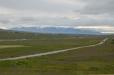Silnice vedoucí k Hólaru a vzadu hory na poloostrově Skagi