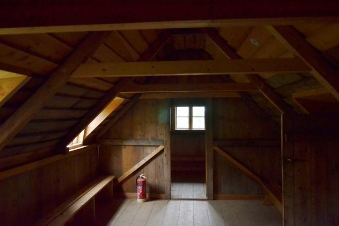 Uvnitř trávového domečku. Místnosti obložené dřevem byly v domě nejreprezentativnější a sloužily například jako ložnice.