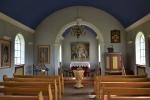 Vnitřek kostelíka, opět s modrým stropem symbolizujícím nebe.